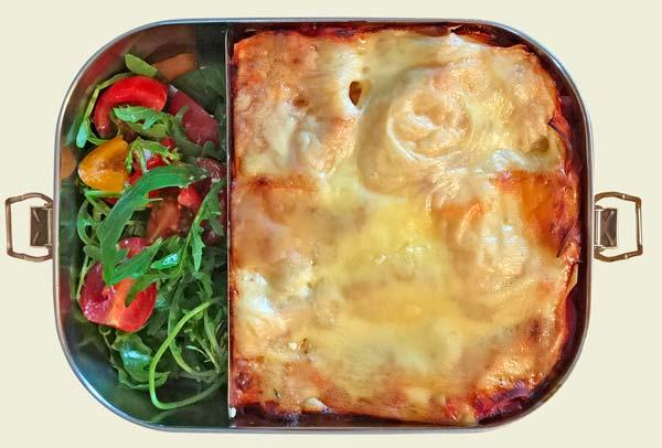 Edelstahl Bento Box mit vegetarischer Lasagne und einem Salat