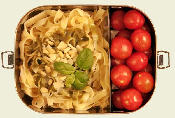 Edelstahl Bento Box mit Tomaten, Nudeln und Pesto