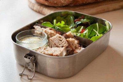 Let's Earth Bentobox mit Brot, Salat und einem kleinen Bentojar, gefüllt mit Kräuterbutter.