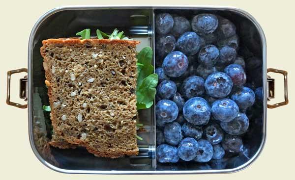 Brotdose mit Brot und Blaubeeren