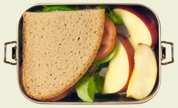 Edelstahl Brotdose mit zwei Broten und Äpfeln