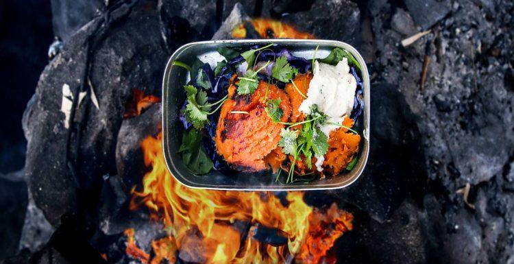 In der Edelstahl Brotdose über dem Lagerfeuer kochen