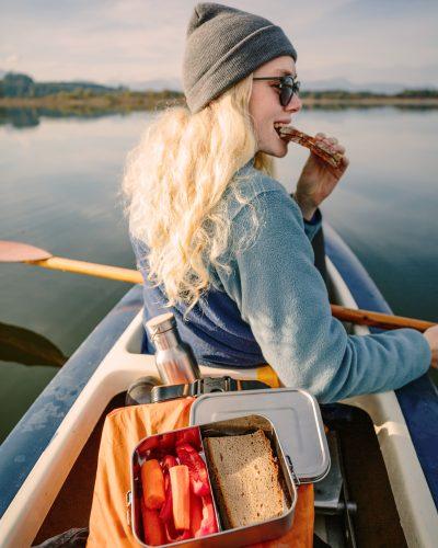 Auslausichere Lunchbox aus Edelstahl im Kanu